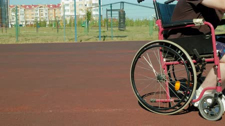 házení : Disabled man plays basketball from his wheelchair, On open air