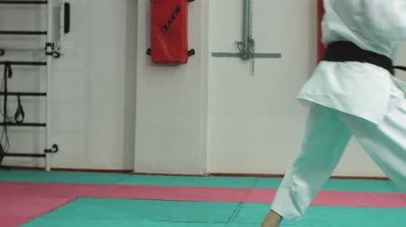 quimono : Young man with muscled body, training martial arts Goju-Ryu Karate-Do