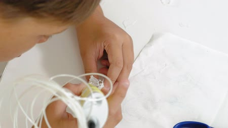 nyomtatás : Creative boy using 3d pen printing 3D shape. Stock mozgókép