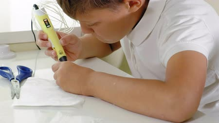 lápis : Creative boy using 3d pen printing 3D shape. Stock Footage
