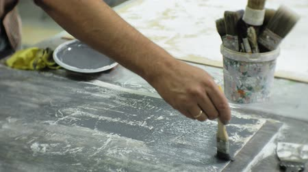 плотничные работы : Masters in the art studio process the wood with paint and putty, achieve the aging effect