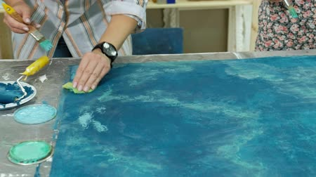 home studio : Masters in the art studio process the wood with paint and putty, achieve the aging effect