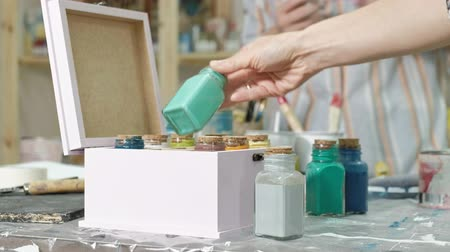 пробирка : Hands of fingering the jar and bottles of paint, picking the right color in the vases Стоковые видеозаписи