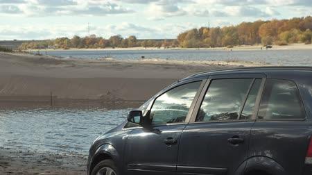 borowina : car stuck in the sand by the shore