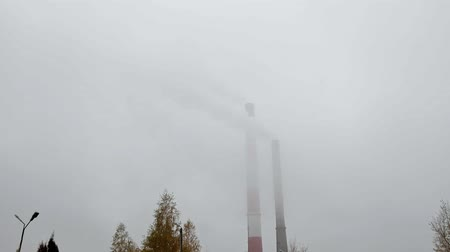 ambiental : Multiple Coal Fossil Fuel Power Plant Smokestacks Emit Carbon Dioxide Pollution