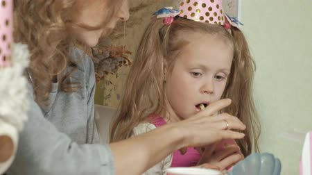 obter : Happy girl and her mom get birthday presents Stock Footage