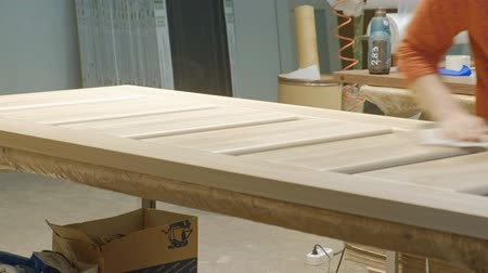 em branco : the process of veneering wood blanks, the production of wooden doors