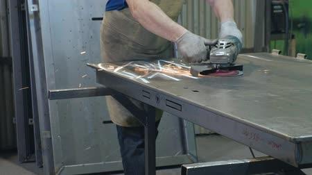 folheado : the process of grinding metal blanks, the production of metal doors