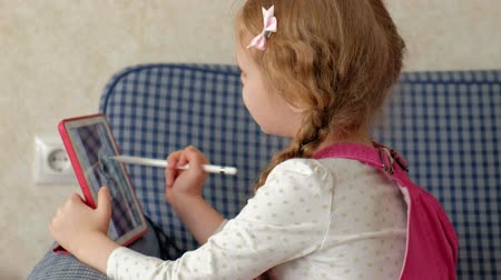 sedí : Little girl coloring on a tablet