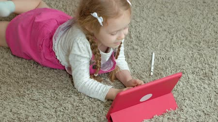 mentiras : Little girl coloring on a tablet
