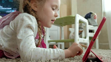 oturur : Little girl coloring on a tablet