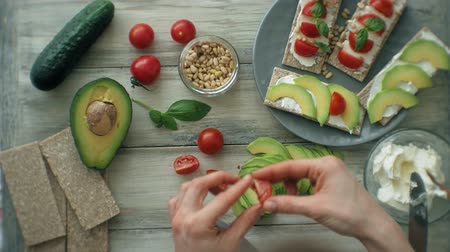 banketbakker : Gezonde vegetarische sandwiches koken Stockvideo