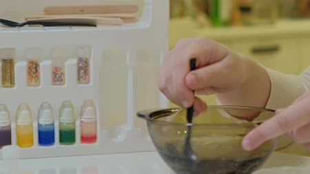squeeze : the process of making slime at home