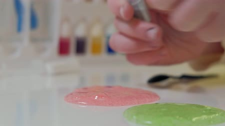 dyes : the process of making slime at home