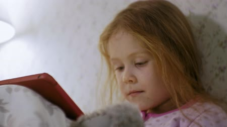 пижама : little girl in bed playing on tablet