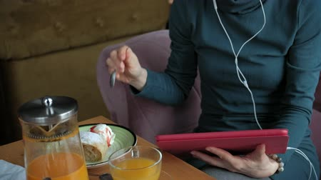 étkező : Attractive young woman with tablet in cafe, freelancer concept