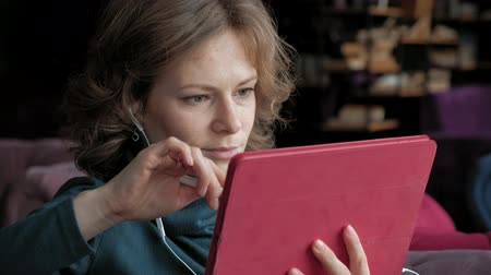 vzdálený : Attractive young woman with tablet in cafe, freelancer concept
