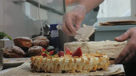 avantajado : The concept of cooking. Professional pastry chef makes a delicious cake, closeup Stock Footage