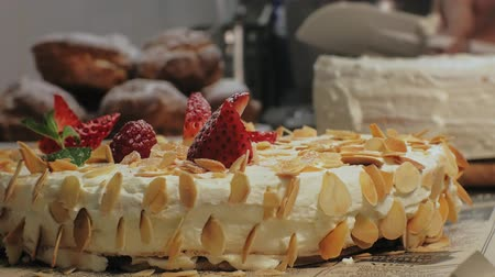 gąbka : The concept of cooking. Professional pastry chef makes a delicious cake, closeup Wideo