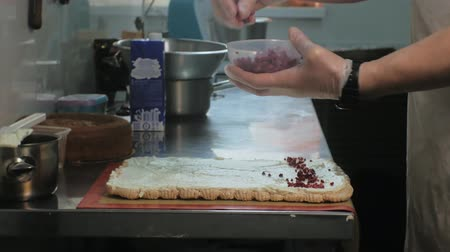 ягода : The concept of cooking. Professional pastry chef makes a delicious cake, closeup Стоковые видеозаписи