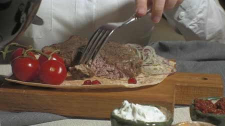 grzanki : close-up shooting: grilled meat with vegetables and various sauces Wideo