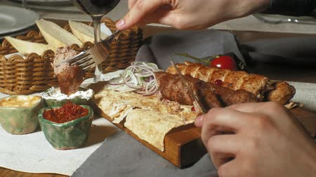 grzanki : close-up shooting: grilled meat, kebab with vegetables and various sauces. Wideo