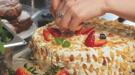 eper : The concept of cooking. Professional pastry chef makes a delicious cake, closeup Stock mozgókép