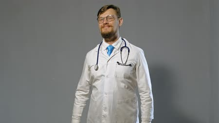 internar : doctor man in white coat on gray background, medicine concept