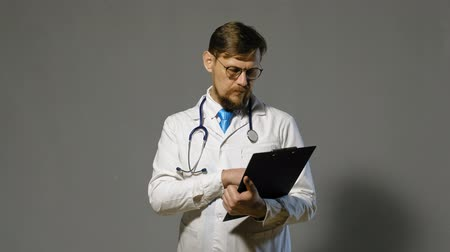 nem emberek : doctor man in white coat on gray background, medicine concept
