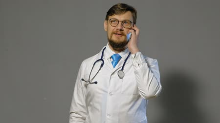 gyakornok : doctor man in white coat on gray background, medicine concept