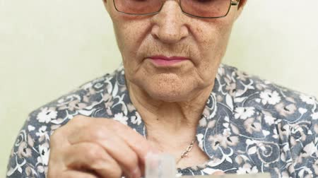 пенсионер : old woman drinks pills close up face Стоковые видеозаписи