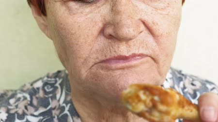 abuelas : old woman eating choices eating vegetables or chicken Archivo de Video