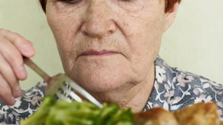 решение : old woman eating choices eating vegetables or chicken Стоковые видеозаписи
