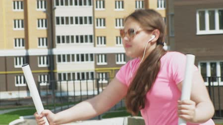 zasnoubený : Teenager girl on the open site with exercise equipment. healthy lifestyle Dostupné videozáznamy