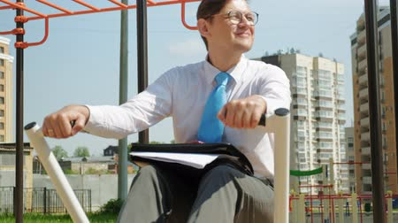 гребля : Businessman on an outdoor sports field. The concept of a healthy lifestyle.