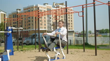 kürek çekme : Businessman on an outdoor sports field. The concept of a healthy lifestyle.