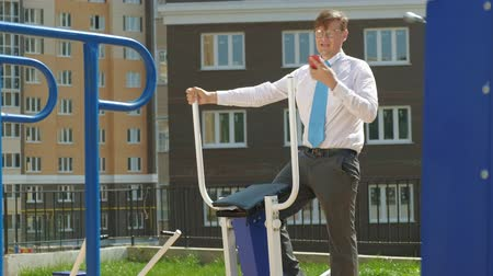 kulturystyka : Businessman on an outdoor sports field. The concept of a healthy lifestyle.