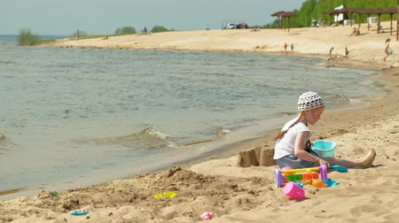 лопата : Children playing on the beach by the river on a sunny day