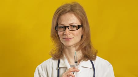 kolf : Young woman doctor. Yellow background. The concept of medicine.