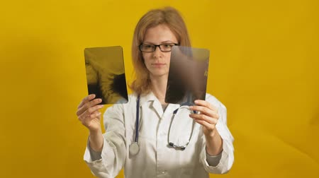deney şişesi : Young woman doctor. Yellow background. The concept of medicine.