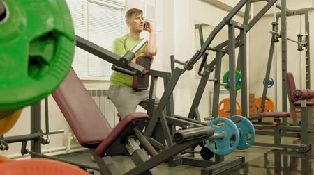 cabeça e ombros : Fat man in the gym. Fitness and sport. Healthy lifestyle Stock Footage