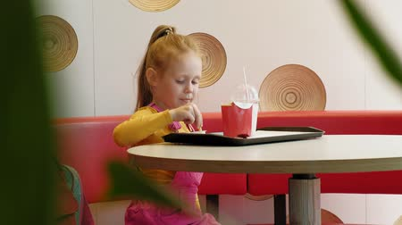 szeplők : Girl child eats fast food. Junk food. food chain