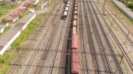 goederentrein : Railway tracks with freight trains top view. aerial survey Stockvideo
