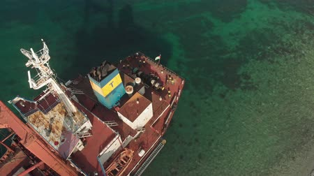 ancorare : Cargo Ship aground at sea.