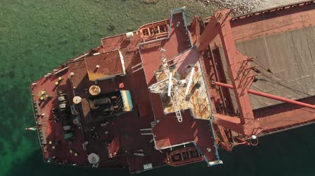naufragio : Cargo Ship aground at sea.