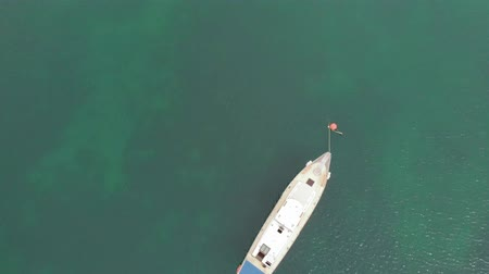 sobre o branco : standing white yacht in the blue sea. Aerial shot