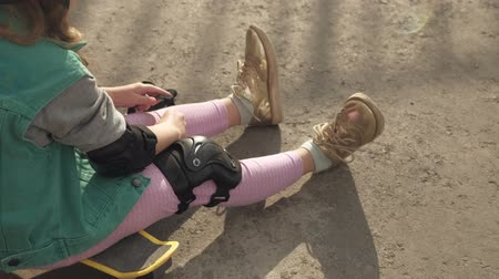 во : Little girl dresses protection: helmet, knee pads and elbow pads. Sunset Стоковые видеозаписи