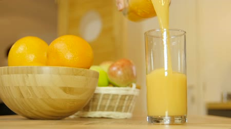 sürahi : orange juice pouring into glass