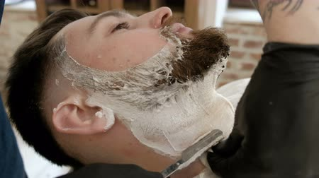 barbear : Hands shave the beard men barbershop razor closeup