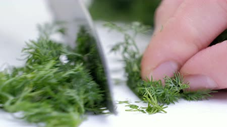 rustik : Fresh dill on a cutting board, knife and bunches of dill on a white wooden table. Fresh greens, seasoning, the process of cooking, a healthy lifestyle.